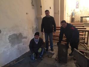 Le Maire et les employés dans l'église