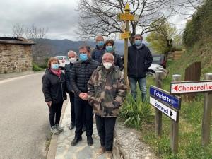 Le Maire Cédric D'IMPERIO et les membres de Drailles et Calades devant la nouvelle  signalétique 1024